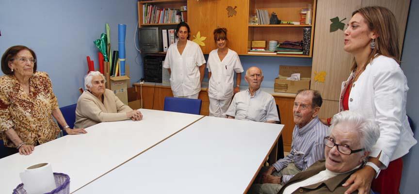 La Consejera de Familia, Milagros Marcos, durante una visita al servicio de estancias diurnas del Centro de Día de la villa.