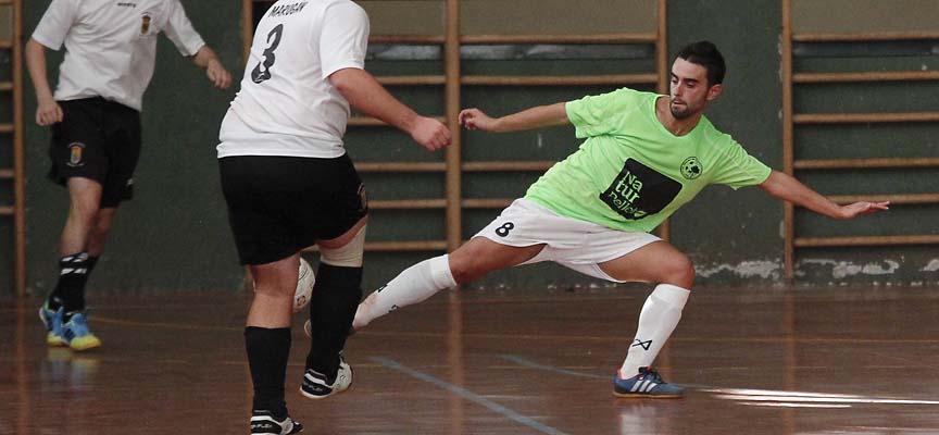 Darío Pesquera, del Zarzuela del Pinar FS, corta un pase en un partido contra Marugán.