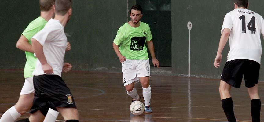 Darío Pesquera conduce el balón durante un partido del Zarzuela FS contra Marugán.