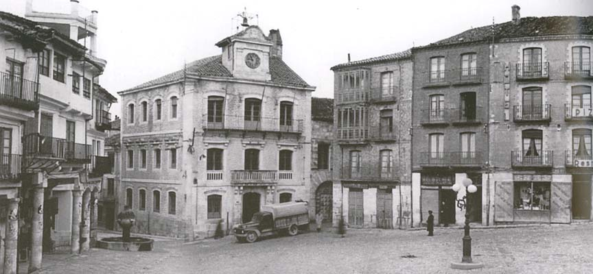 Plaza Mayor de Cuéllar y Ayuntamiento en 1955.