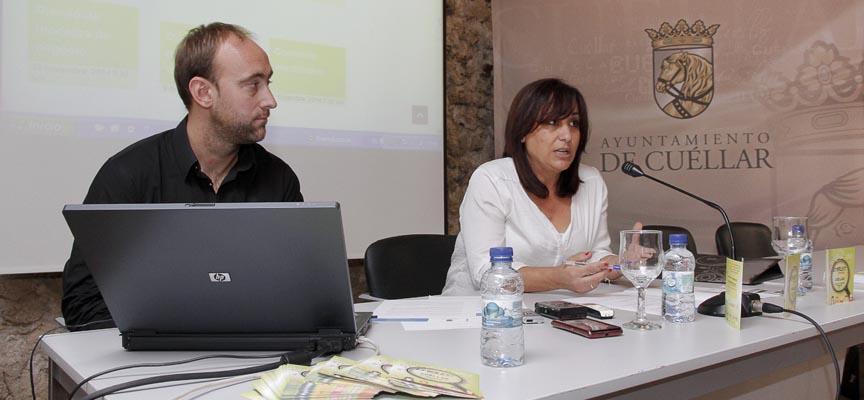 La concejala de Juventud, Nuria Fernández, y el técnico de la Casa Joven,  Javier Rojo, presentando el proyecto.