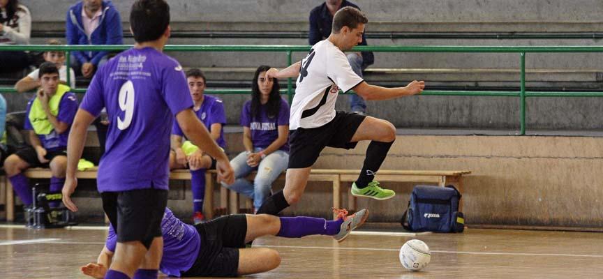 """Alfonso Mayor """"Viny"""", del Racing Cuéllar, progresa por la banda tras evitar la entrada de un jugador del Nueva Futsal."""