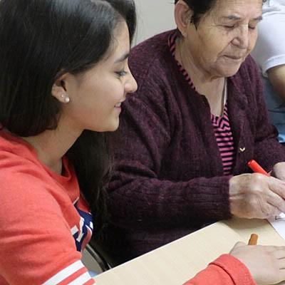 Alumnos del IES Gil de Biedma realizan acciones de voluntariado en la Residencia La Alameda de Nava de la Asunción