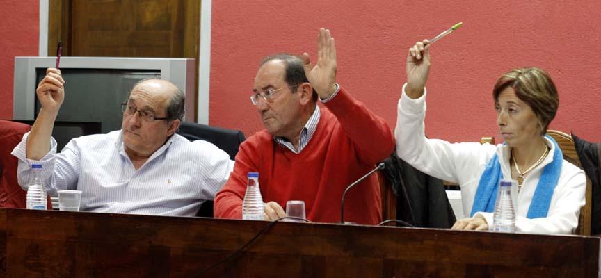 Ediles socialistas durante una votación en un pleno.