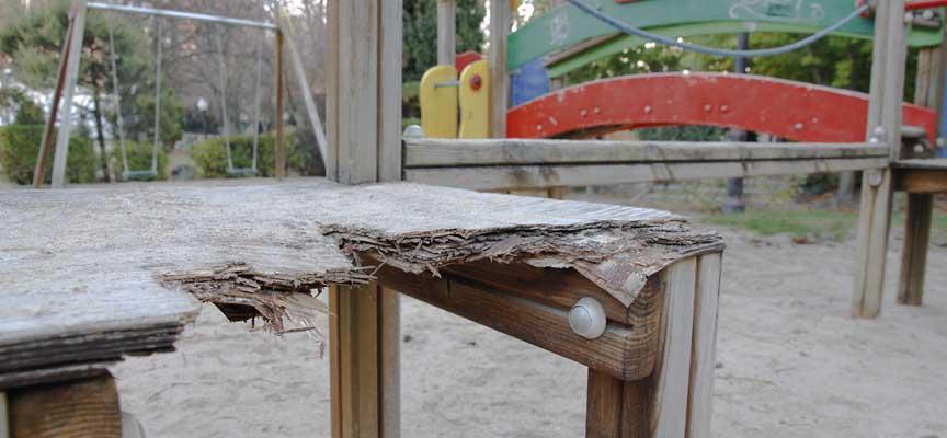 Estado actual de parte de los columpios del parque infantil de San Francisco.