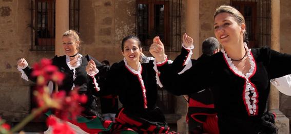 Danzantes del grupo Emperador Teodosio, organizador del certamen.