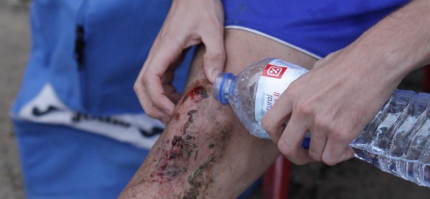 Víctor López acabó con la rodilla sangrando