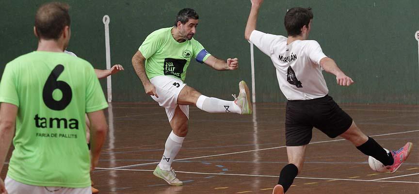 El capitán del Zarzuela del Pinar FS, Javier, dispara a portería en un partido en Fuentepelayo.