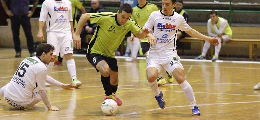 Manu, del FS Cuéllar Cojalba regatea a varios jugadores del Noia FS.