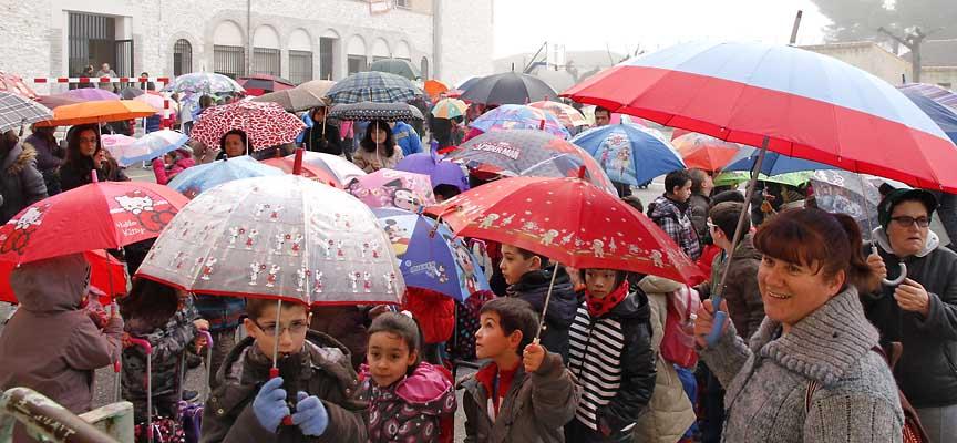 """Alumnos y padres durante la """"paraguada"""" reivindicativa en favor de la construcción de un gimnasio en La Villa."""