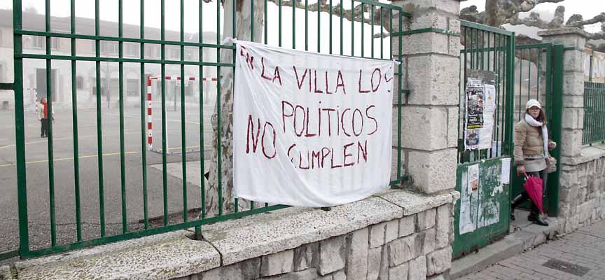 Una pancarta muestra el descontento por las promesas incumplidas de los políticos respecto al gimnasio de La Villa.
