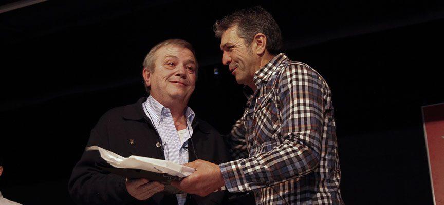 El presidente del Club Balonmano Nava, Quintín Maestro (izquierda) recibe la mención de manos de Paulino Montero.
