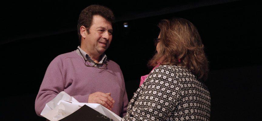 Enrique Arranz, del Club Ciclista Cantimpalos, recoge el premio a los Valores Deportivos de manos de la concejal Carmen Gómez
