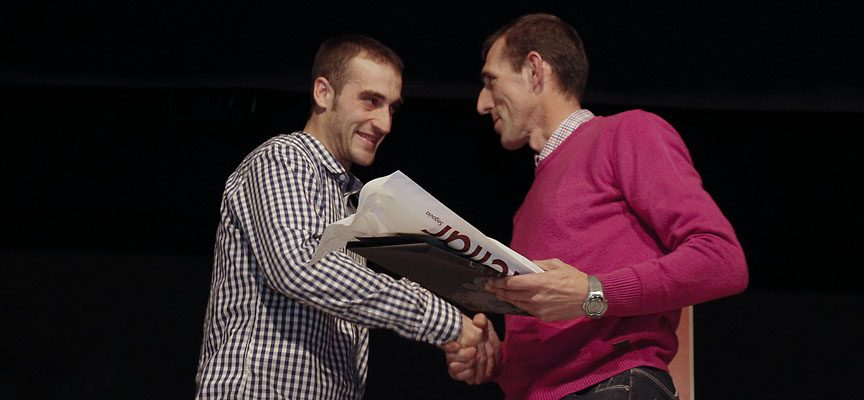 David Cano (izquierda) recibe el premio como Mejor deportista masculino de manos de Ricardo Sanz