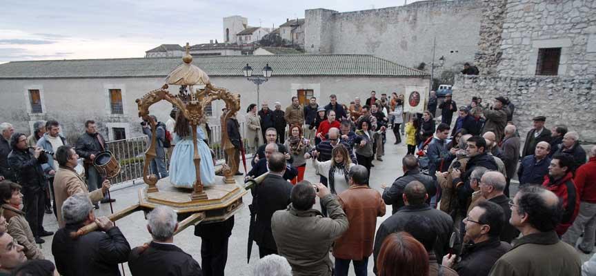 Procesión del Niño de la Bola a su salida de la iglesia de San Esteban.