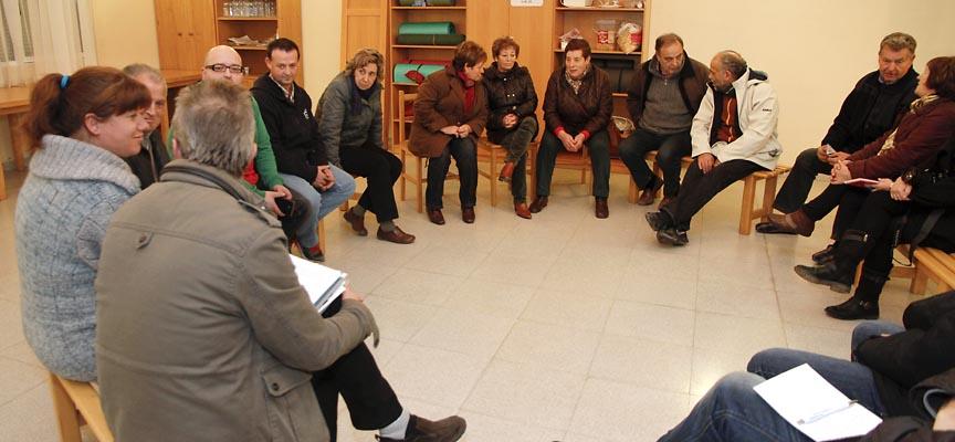 Vecinos de Dehesa Mayor en el encuentro con miembros de IU.