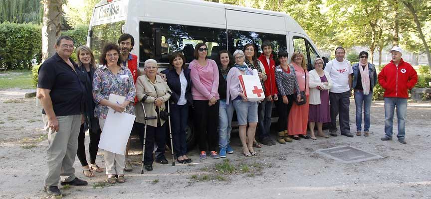 Voluntarios de Cruz Roja Cuéllar en una reunión en el parque de la Huerta del Duque.