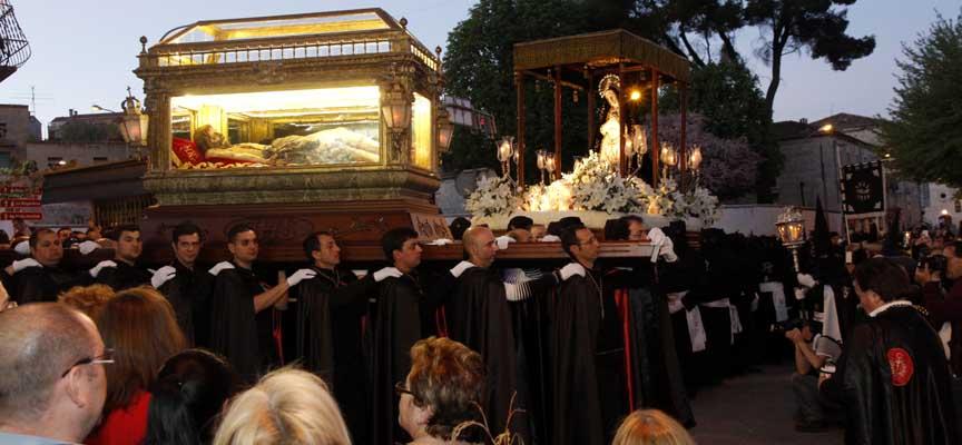 Saludo entre La Soledad y el Cristo Yacente.