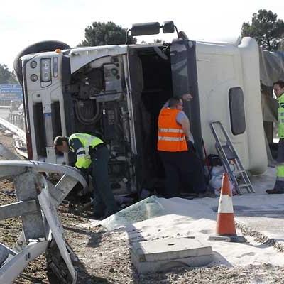 Un camión vuelca en la autovía en dirección Segovia