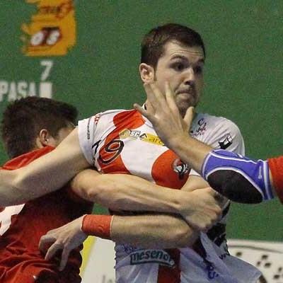 El Balonmano Nava se deja los puntos en Santander en una mala tarde