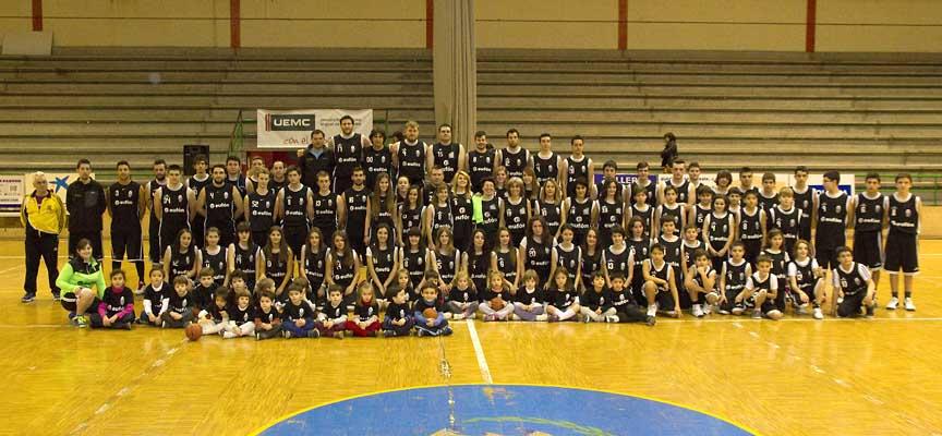 Jugadores y técnicos de los distintos equipos del Club Baloncesto Cuéllar posan durante su presentación pública.