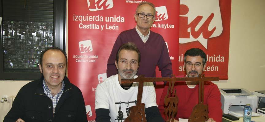 Miembros de la Asamblea comarcal junto a Frias y el monolito.