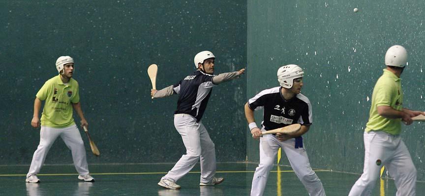 """Carlos Sanz """"Charrás"""" se dispone a golpear la pelota en el partido de paleta ente Vallelado y Benahadux."""