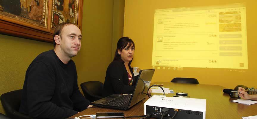 La concejala de Juventud y el técnico de la Casa Joven en la sala de comisiones.
