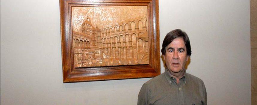 """El cuellarano Prudencio García expone una talla en madera del Acueducto en el """"proyecto Una"""""""