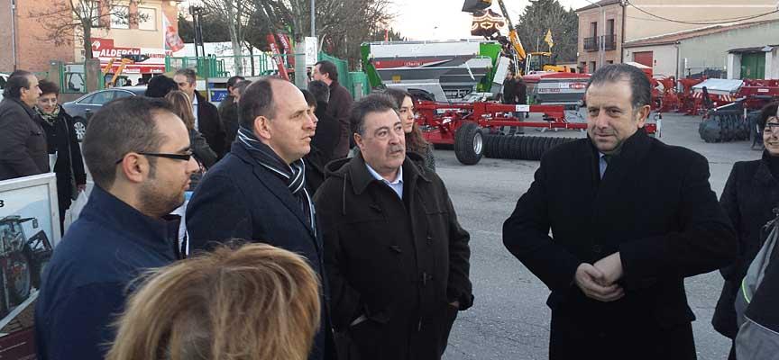 El alcalde junto a los diputados provinciales que  asistieron a la inauguración del certamen.