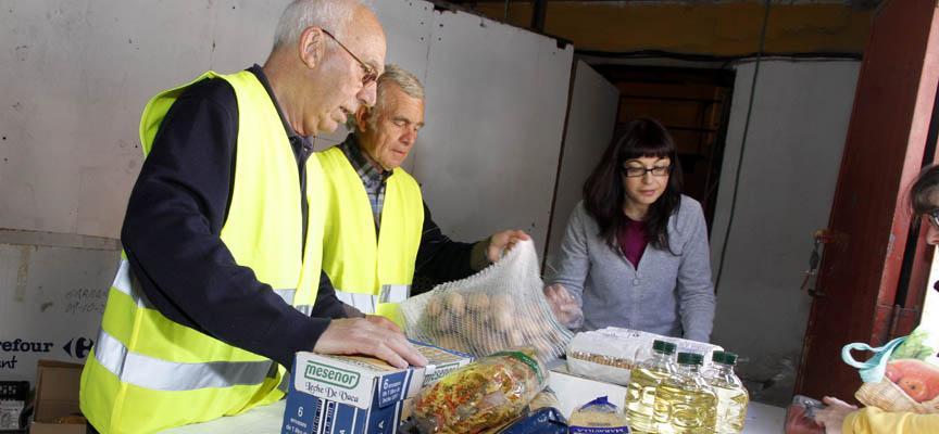 Voluntarios durante una de las entregas de alimentos realizada.