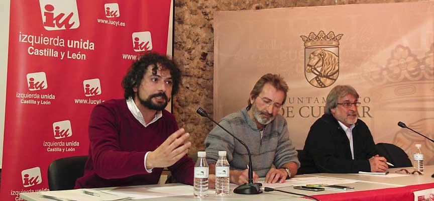 Los precandidatos de IU a la Junta de Castilla y León junto al moderador, el concejal Antonio de Benito (centro) en el palacio de Pedro I.