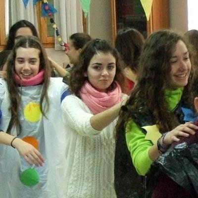 """Los residentes de la Residencia """"La Alameda"""" de Nava de la Asunción  comparten el Carnaval con los alumnos del IES Jaime Gil de Biedma"""