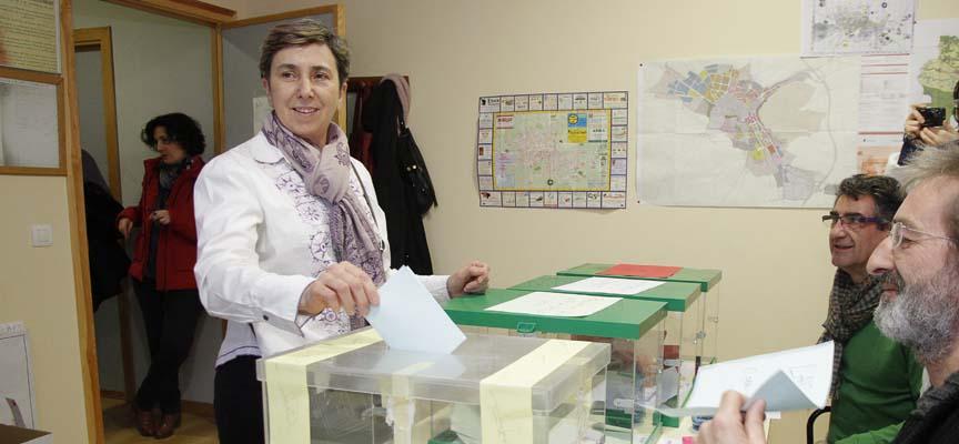 Montserrat Sanz votando en las elecciones primarias de Izquierda Unida.q