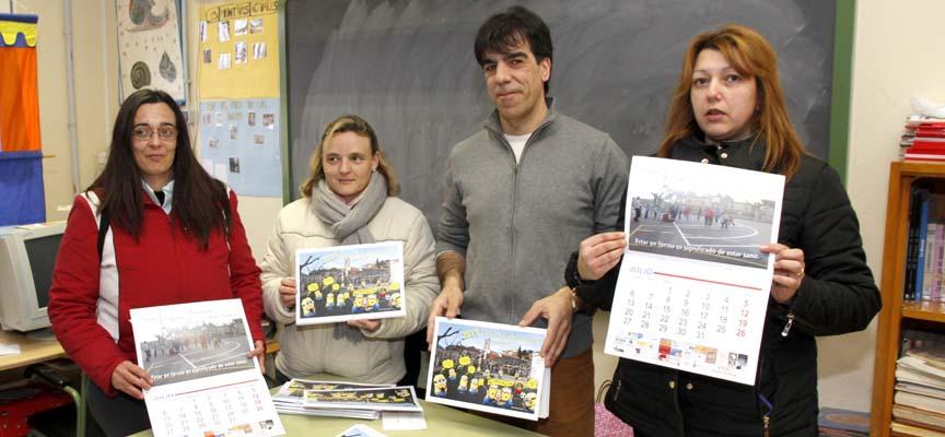 Miembros del AMPA de LA Villa durante la presentación el calendario reivindicativo del gimnasio.