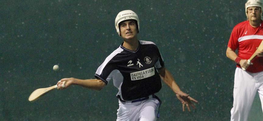 Carlos Baeza Gozalo, del Club Pelota Vallelado, en el partido de su debut frente al Nástic.