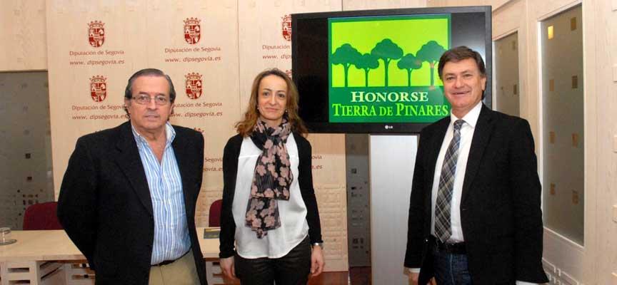 La Gerente de Honorse Tierra de Pinares, junto  a el Presidente de la Diputación y el Diputado de Turismo.