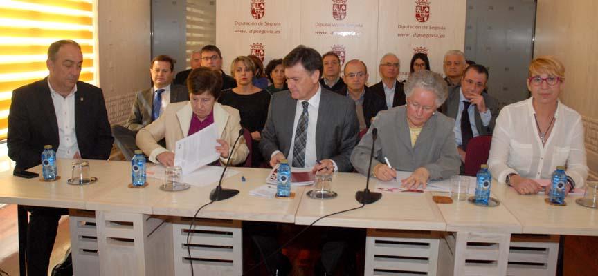 Momento de la firma de los convenios.