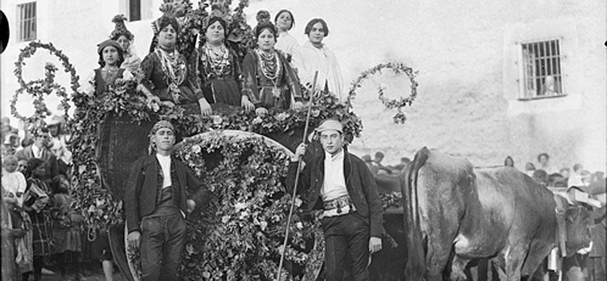 Carro engalanado en Cuéllar, imagen del archivo fotográfico del Padre Benito de Frutos.