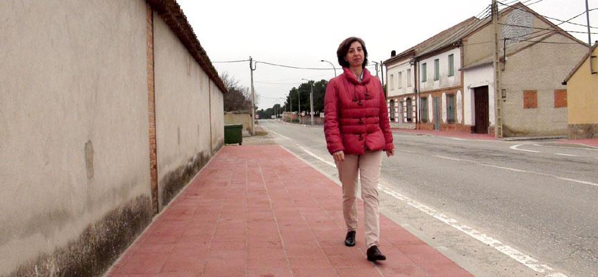 La alcaldesa de Navas de Oro en la acera de la Avenida de Coca