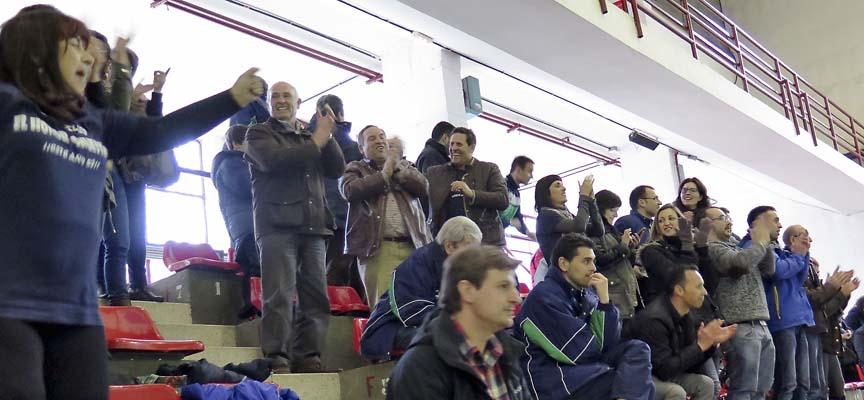 Algunos de los aficionados que animaron al Club Pelota Vallelado en la Semifinal.