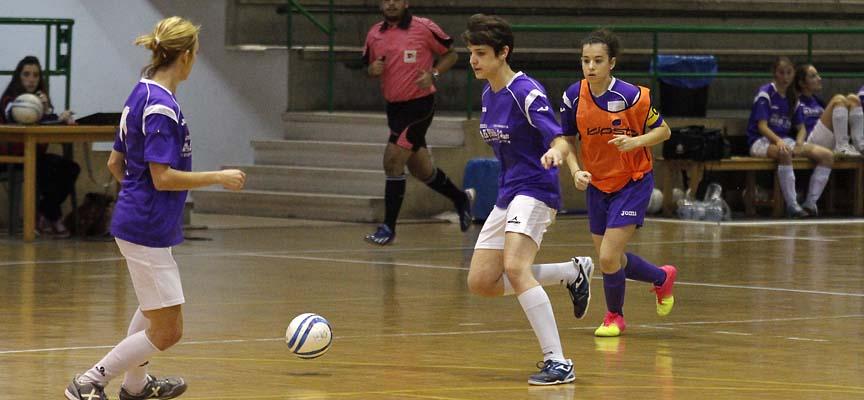 Alicia, del FS Autoescuela El Pinar & El Henar, conduce el balón en un partido frente al Pink Alegría.