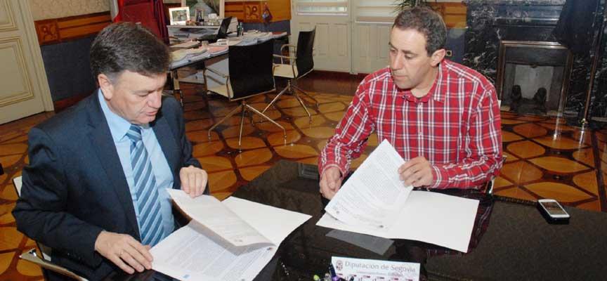 Un momento de la firma del convenio de colaboración.