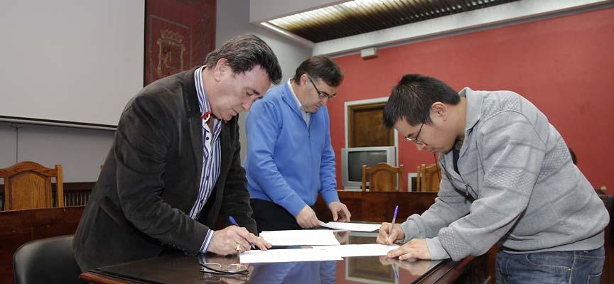 La firma de convenios se desarrolló en el salón de plenos del Ayuntamiento.