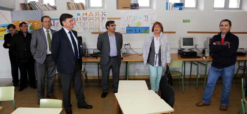 Visita del presidente de la Diputación y varios diputados a las obras realizadas en el colegio de Gomezserracín.