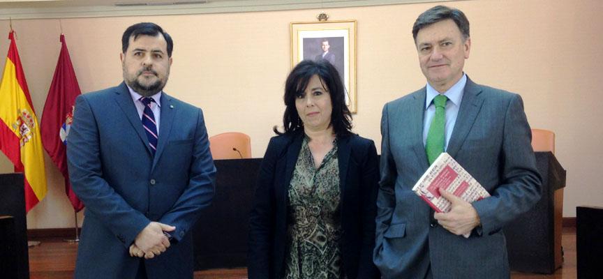 Los autores junto al presidente de Diputación.