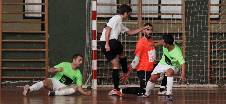 Óliver Fraile, portero del Zarzuela del Pinar, rechaza un disparo a bocajarro de un jugador de Marugán.