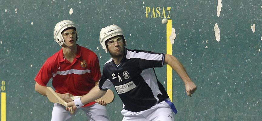 Nacho, del Club Pelota Vallelado, se dispone a golpear una bola en un partido frente al Nástic de Tarragona.