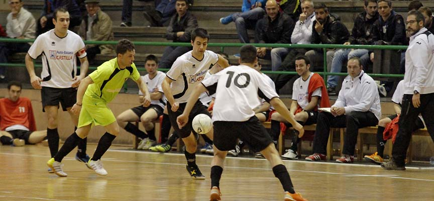 Un momento del partido entre Racing Cuéllar Autoescuelas Castilla y CP Nueva Segovia.
