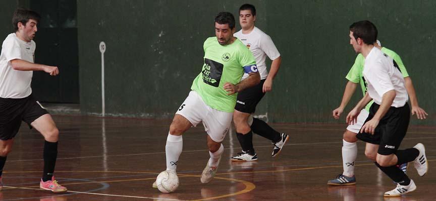 Zarzuela del Pinar, Javier, controla el balón en un partido contra Marugán.